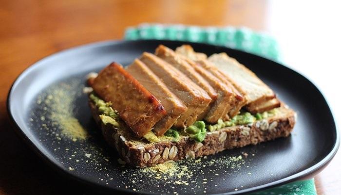 Веганский тост с запеченным тофу